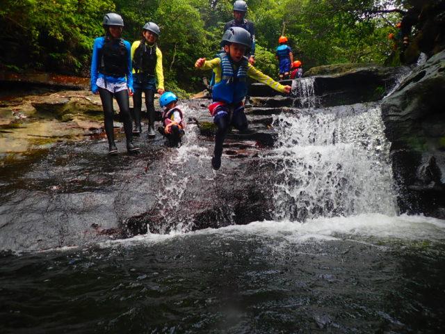滝つぼ 飛び込み 写真