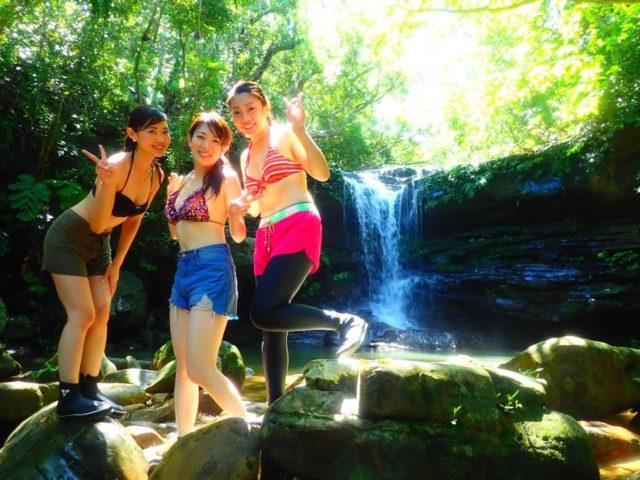 クーラの滝の前で記念撮影