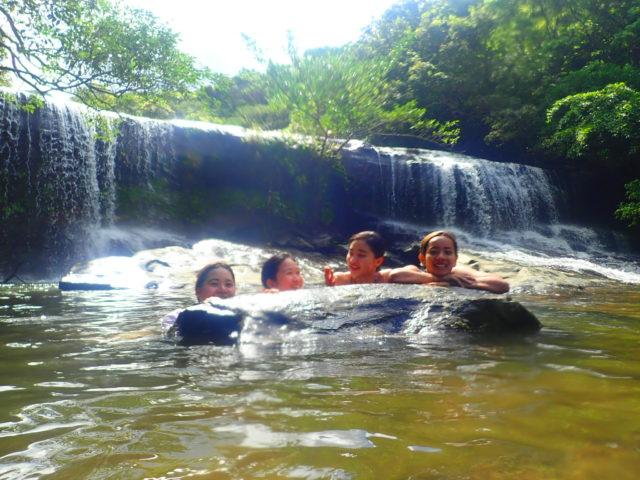西表島サンガラの滝にて、滝と女の子四人の写真