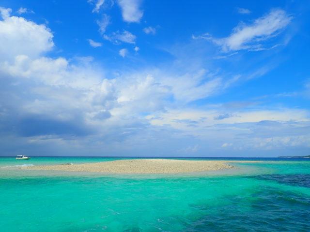 西表島バラス島シュノーケルにて、青い空とバラス島