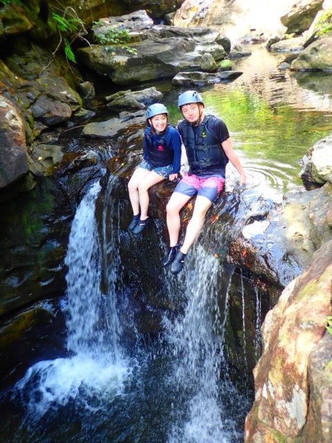 滝上で記念撮影