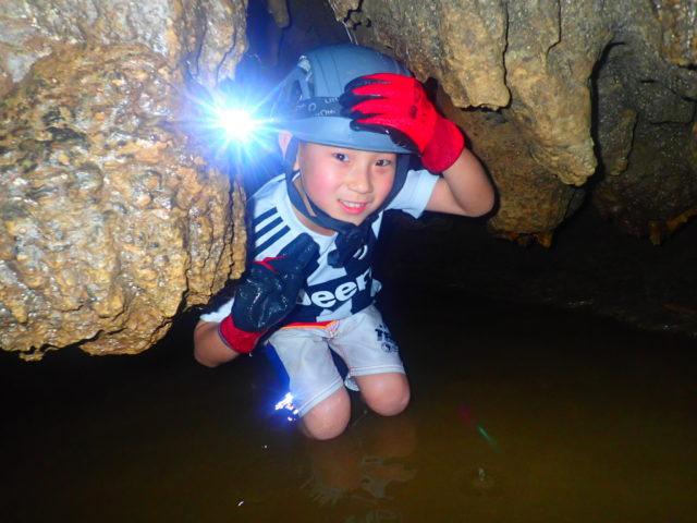 西表島鍾乳洞探検(ケイビング)を楽しむ男の子