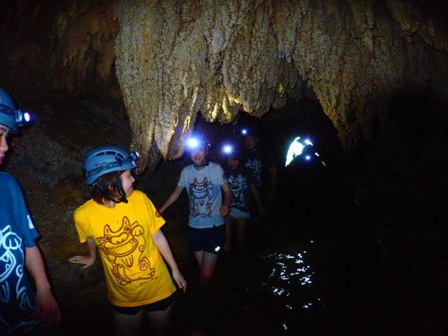 西表島鍾乳洞探検(ケイビング)にて、