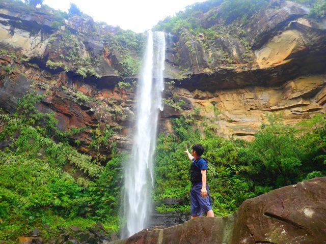 ピナイサーラの滝を滝つぼから眺める